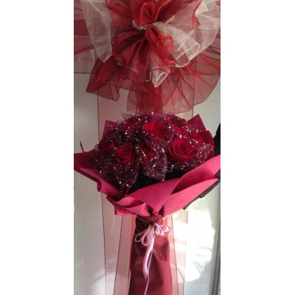 Букет от 19 червени рози от www.cvetarski.com